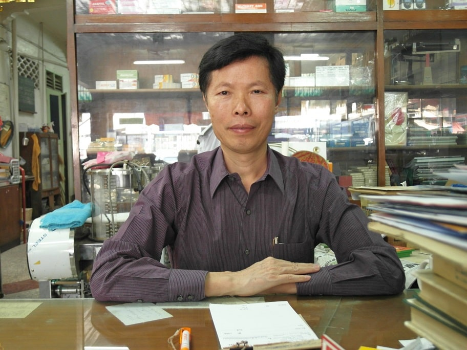 Acupuncturist Dr. Sheng Zhong Wang at Warorot market, Chiang Mai, Thailand