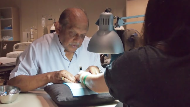 Dr.Mahendran with patient at OZ Wellness Centre